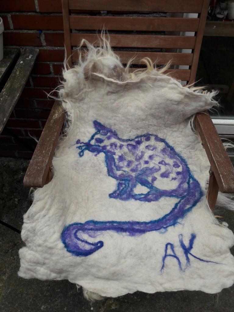 tekening kat op schapenvacht