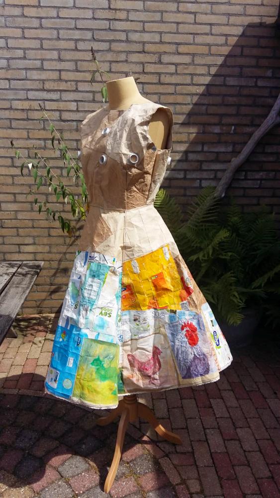 Upcycling jurk van melkpakken - 2019